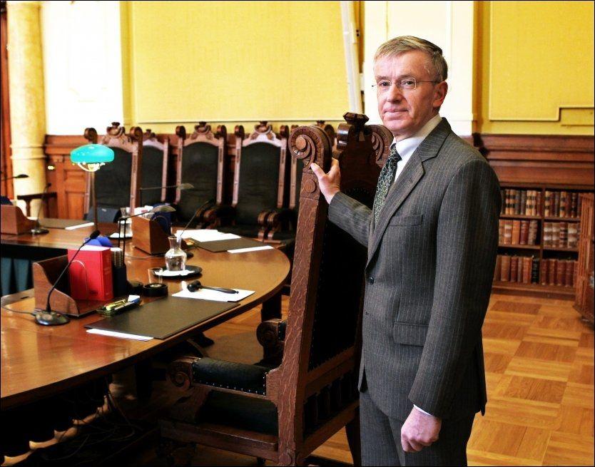 IKKE DOMMER: Tore Schei, høyesterettsjustitiarius siden 2002, overlater til andre å dømme i to viktige saker i år. Foto: Nils Bjåland