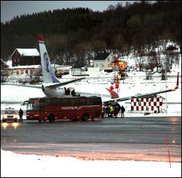 HENTET: En buss hentet passasjerene i flyet. Foto: PETTER STRØM (passasjer)