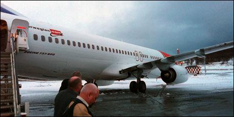 PARKERT: Passasjerene måtte forlatet flyet som skle ut av taxebanen i Tromsø. Foto: Foto: JOSTEIN EIRIK GJEMSTAD