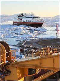 Her brytes Hurtigruten ut av isen