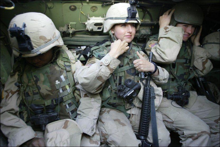 I KRIGEN: I løpet av året forsvinner trolig det amerikanske forsvarets spesialregler som nekter kvinner å være med på kampoppdrag. AFP PHOTO / FILES / Karim SAHIB / NTB Scanpix