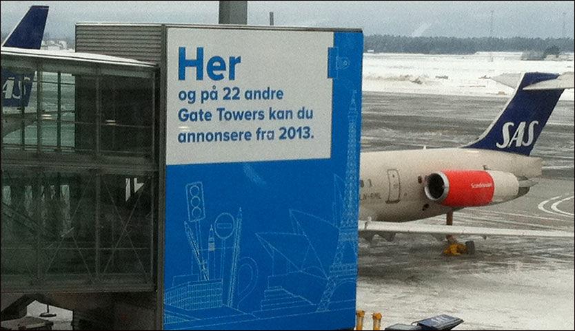 FORSØPLING? 23 slike bro-tårn på Gardermoen skal utstyres med reklame. Norske arkitekters landsforbund er sterkt kritisk, og frykter at reklamen vil forsimple et terminalbygg som har høstet mye internasjonal heder for sin arkitektur. Foto: Dag Fonbæk