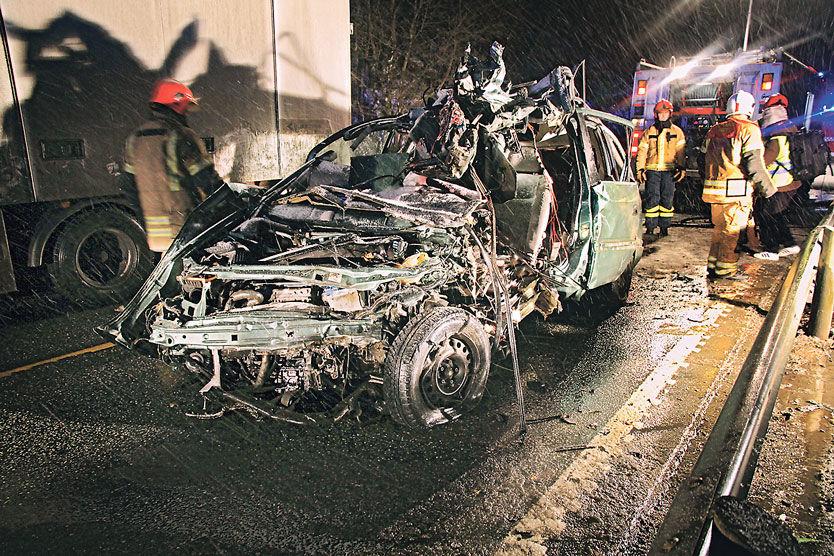 DØDSULYKKEN: Personbilen fikk store skader i frontkollisjonen. En kvinne midt i 20-årene mistet livet. Foto: Håkon C. Hartvedt/Fitjarposten