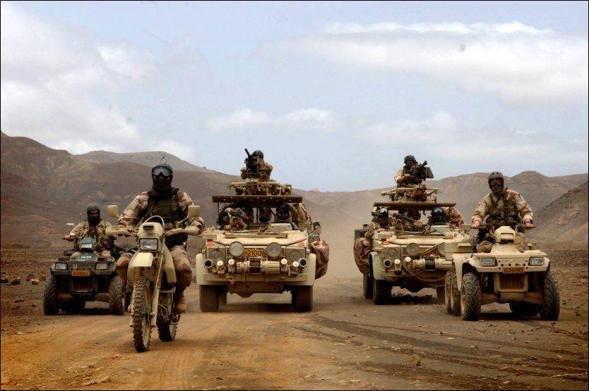 TRENER ØRKENKRIG: Her trener norske soldater ørkenkrig under en øvelse på Kapp Verde-øyene. Nå kan de bli sendt til lignende forhold - i EU-operasjonen i Nord-Afrika. Foto: HARALD HENDEN, VG