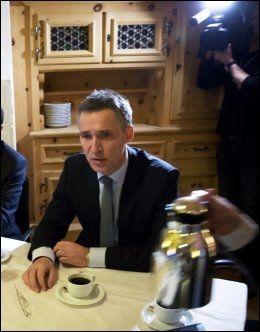 VURDERER: Statsminister Jens Stoltenberg (Ap). Foto: TERJE BRINGEDAL