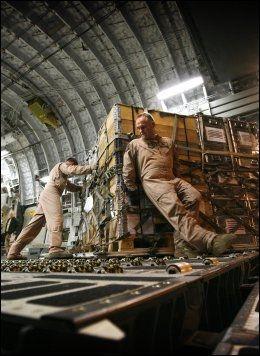 TUNGE TAK: I ti år har utstyret blitt brukt av norske soldater i Afghanistan. Nå skal det hjem igjen. Ved hjelp av Håvard Brørby fra Norge, Arno Haan fra Nederland - og kolleger og transportfly lønnet og betalt av Norge og 11 andre land. Foto: RUNE THOMAS EGE