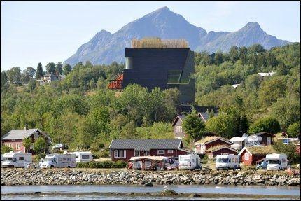 STÅR FRAM: Hamsun-senteret på Hamarøy er et kystnært signalbygg som vi kan få flere av, skal vi Arkitektbedriftene. Bygget provoserer - som Hamsund selv gjorde. Foto: Bjørn Erik Rygg Lunde