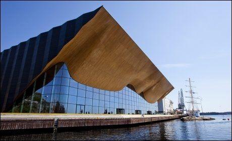 BØLGENDE: Kulturhuset Kilden i Kristiansand, med sin karakteristiske trefasade som henspeiler på sørlandets maritime tradisjoner, er et typisk fyrrtårn-eksempel. Foto: Petter Emil Wikøren
