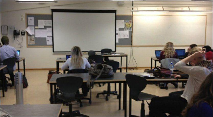 TOMT KATETER: Når kateteret er uten lærer, er kantinen på Rosenvild videregående skole ofte alternativt oppholdssted, konstaterer elevene Ellen Filmberg (18), Mia Holmsen (17) og leder Axel Fjeldavli (20) i Elevorganisasjonen. Foto: Elevorganisasjonen