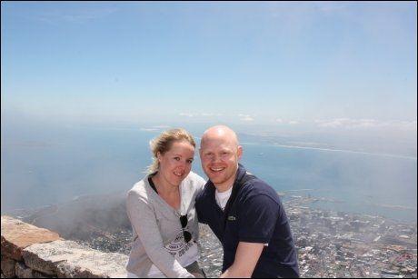 JORDEN RUNDT: Nathalie Torgersen og André Mosengen sparer inn på andre ting og bruker mye penger på å reise. Her fra Table Mountain i Cape Town tidligere i januar. FOTO: Privat
