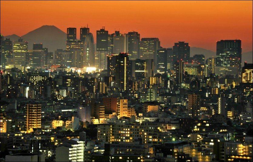 HØYESTE LEVEKOSTNADER: Tokyo er verdens dyreste by å oppholde seg i, målt i levekostander. Her ser vi Mount Fuji i bagrunnen av storbyen. Foto: AFP.