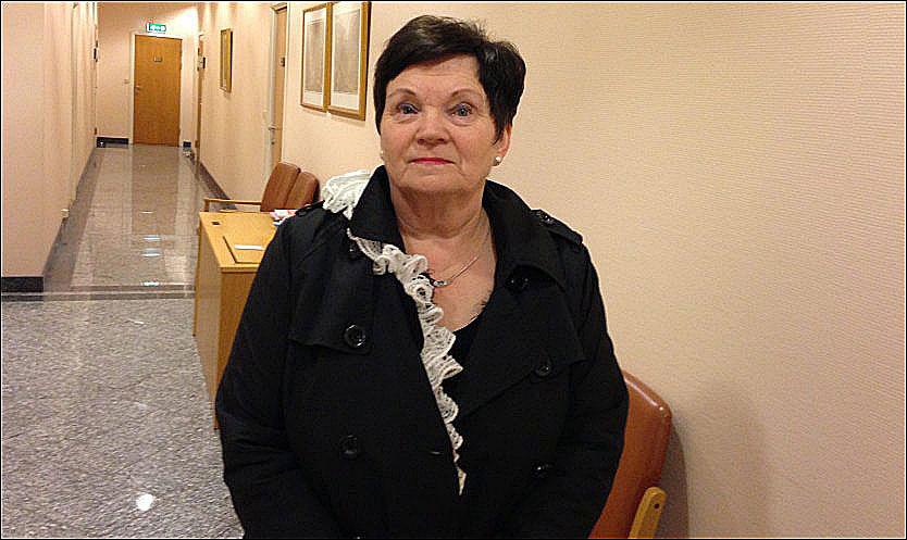 MØTER DATTEREN I RETTEN: Ragnhild Gjerstad, Christoffers mormor, står utenfor rettssalen i Agder lagmannsrett i Tønsberg. Foto: Audun Beyer-Olsen