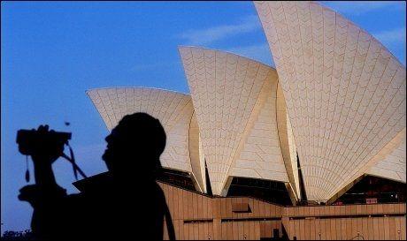 SYDNEY PÅ VEI OPP: Sydney, hovedstaden i New South Wales i Australia, har hatt en kraftig vekst i levekostnandene det siste året. Her er operahuset og en turist. Foto: TERJE BRINGEDAL.