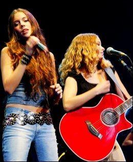 2002: Marion Ravn og Marit Larsen på scenen i Florida. Foto: TERJE BRINGEDAL