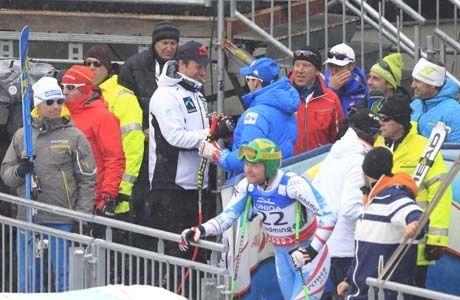 GULLET I BOKS: I det Klaus Kröll (i forgrunnen) kom ned i mål som siste løper i seedet gruppe, kunne Dominik Paris og Aksel Lund Svindal gratulere hverandre med sølv og gull. Foto: Daniel Sannum Lauten/VG