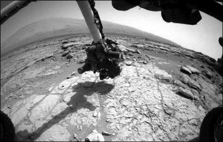 KREVENDE: Her er «Curiosity» i gang med å bore hull i Mars' overflate. Foto: NASA/JPL-CALTECH