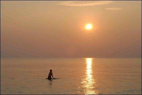 SOLNEDGANG: Koh Phayam kan by på glødende himmel. Foto: Michael Töpffer