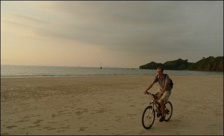 SYKKEL: En tur på stranden på Koh Tarutao kan like gjerne skje på to hjul. Foto: Michael Töpffer