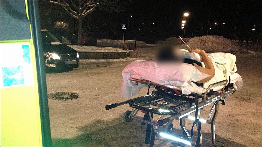 SKADET: Den skadede bueskytteren ble kjørt bort fra stedet med ambulanse mandag kveld. Pilen sto fortsatt fast i hånden hans da ambulansen tok ham med seg. Foto: Johnny Leo Johansen