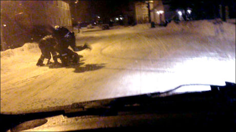 SPARKET: Her sparker den ene politimannen den siktede personen. Foto: 2200-TIPSER
