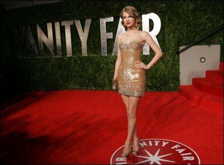 NATTENS DRONNING: Taylor Swift på Vanity Fairs Oscarparty. Denne legendariske festen feier 20 års-jubileum i år. Foto: AP Photo/Carlo Allegri Foto: AP