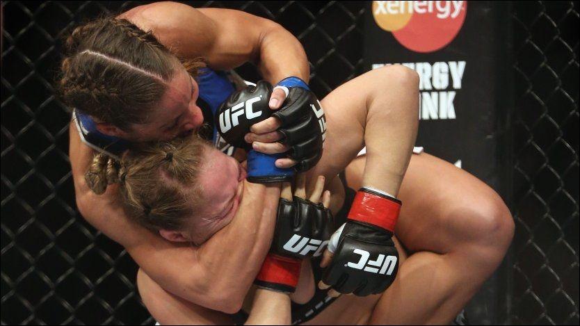 KJEMPET VOLDSOMT: Liz Carmouche så lenge ut til å ha taket på storfavoritten Ronda Rousey, men tapte som forventet etter et armbar-grep. Foto: AFP