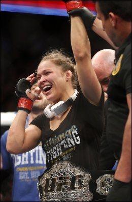 MESTEREN: Ronda Rousey poserte fornøyd med tittelbeltet i bantamvekt etter nattens seier i Anaheim, Calfornia. Foto: AP