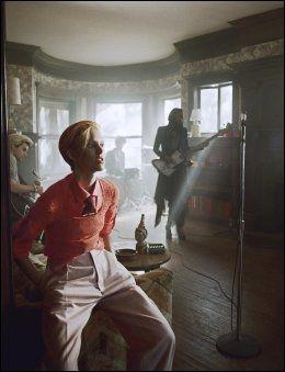 PRIKK LIK: Dette er ikke et bilde av David Bowie på syttitallet, men et bilde av Iselin Steiro tatt nylig - på settet til Bowies nye video. Foto: SONY MUSIC