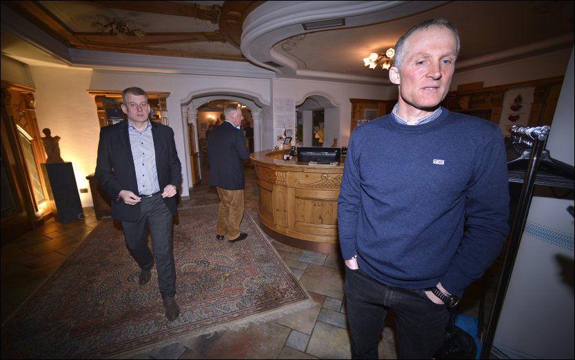 HYGGEKVELD: Vegard Ulvang var på vei inn til en kveld sammen med skipresident Erik Røste og tidligere skipresident Sverre Seeberg (bak) da han møtte VG på Hotel Bella Vista i Cavalese sentrum i går kveld. Foto: Bjørn S. Delebekk