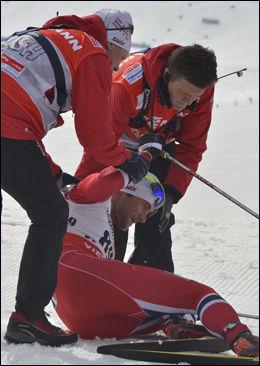 SLITEN: Petter Northug ble liggende en stund i målområdet. Foto: Bjørn S. Delebekk, VG