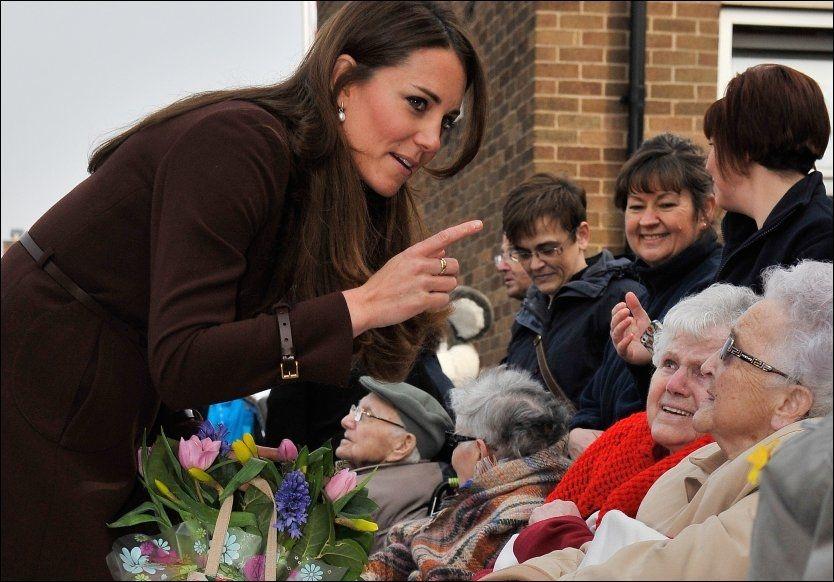 HJERTELIG MØTE: Sykehjemspasientene nøt å få møte hertuginne Kate, som på sin side tok seg god tid til hilserunden. Foto: Pa