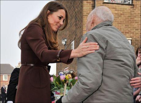 REISTE SEG FRA RULLESTOLEN: Peter Ford (76) fikk et kjærlig klapp på armen av hertiginnen. Foto: Pa