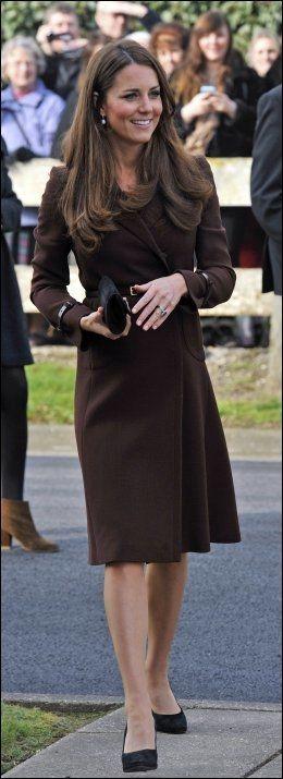 INGEN SYNLIG KUL: Kate har en slank figur til tross for at hun er halvveis i svangerskapet. Foto: Pa