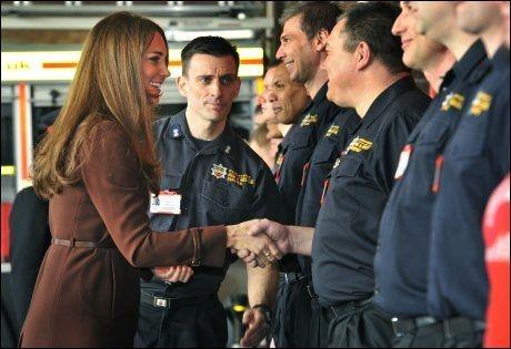 STRAM POSITUR: Kate møtte lokale brannmenn. Foto: Pa