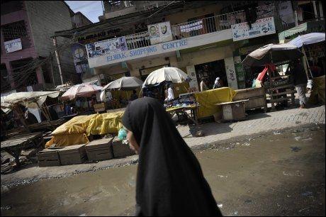 TRYGGERE: Mange av de Somaliske flyktningene som holder til i Kenyas hovedstad Nairobi har slått seg ned i bydelen Eastleigh. Etter hvert som Mogadishu blir tryggere og mer stabilt ønsker mange å reise tilbake til hjemlandet. De somaliske kvinnene skiller seg ut ved bruk av hijab.