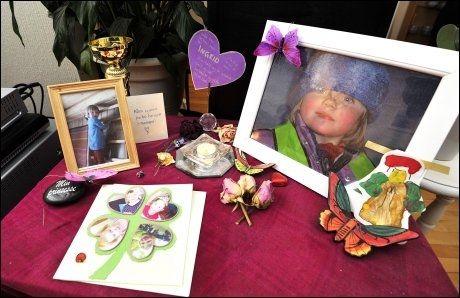 MINNEBORD: Familien satt opp et minnebord for datteren hjemme i stua etter dødsulykken 1. april 2011. Foto: FOTO: TERJE MORTENSEN, VG
