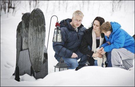 LEVER MED SORGEN: Foreldrene Gry Heubach og Svenn Erik Magnussen med sønnen Franz Leo Augustin (9) på datterens og søsterens grav. FOTO: JØRGEN BRAASTAD