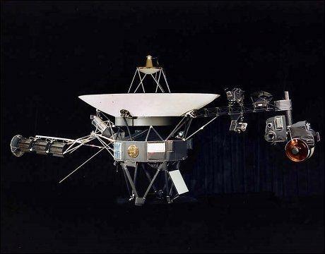 PÅ LANGTUR: «Voyager 1» veier 721,9 kilo, og ble skutt opp i 1977. Da sto planetene i solsystemet i en spesielt gunstig posisjon for å hjelpe en romsonde på vei ut i det ukjente. Foto: NASA