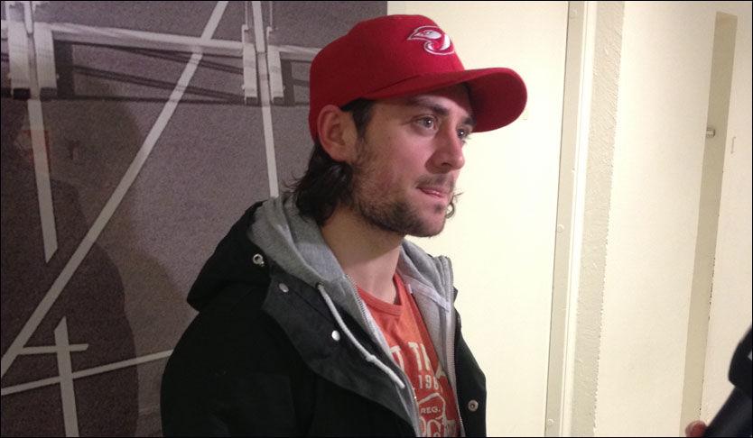 LYSTEN PÅ NHL-RETUR: Mats Zuccarello Aasen snakket med norske medier etter en treningsøkt på Toppidrettssenteret i dag. Etter noen ordknappe intervjuer tuslet han videre for å spise et måltid med resten av det norske landslaget. Foto: Jon Martin Henriksen