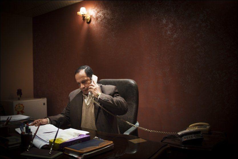 INTENSE FORHANDLINGER: Etterforskningsleder Ashraf Mahmoud har sittet i forhandlinger med gisseltakerne hele natten, uten at de har kommet til enighet om løslatelse. Foto: KYRRE LIEN