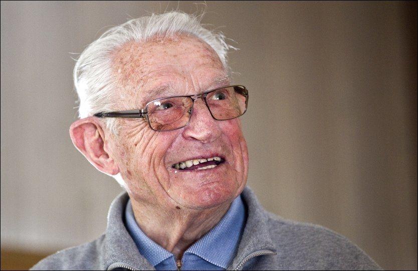 FOLKEKJÆR: Hjalmar Andersen har gått bort. Her er han avbildet da VG besøkte ham før 90-årsdagen for noen uker siden. Foto: Alf Øystein Støtvig, VG