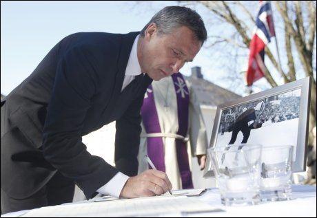 SIGNERTE KONDOLANSEPROTOKOLLEN: Statsminister Jens Stoltenberg ankom Tønsberg Domkirke og signerte ummidelbart kondolanseprotokollen. Foto: Scanpix