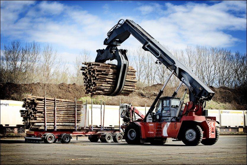 TUNG LAST: For å spare penger, skal treindustrien få lov til å kjøre lengre og tyngre last. Her fra lasting av en tømmer-tilhenger på Borregaard. FOTO: LINN CATHRIN OLSEN