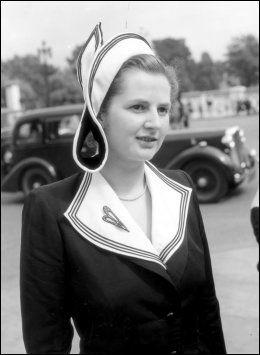 UNG KANDIDAT: Her er Margaret Thatcher fotografert på vei til et hageselskap på Buckingham Palace 13. juli 1950. Da var hun lokalkandidat for Dartfort-distriktet. Foto: Pa Photos