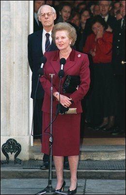FOR SISTE GANG: Her holder Margaret Thatcher (ektemannen Denis i bakgrunnen) sin siste tale fra Downing Street 10 i London før hun gikk av som statsminister i 1990. Foto: