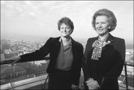 I OSLO: Her er Margaret Thatcher og Gro Harlem Brundtland fotografert på toppen av H-blokken i Regjeringskvartalet under Thatchers Norgesbesøk i 1986. Foto:
