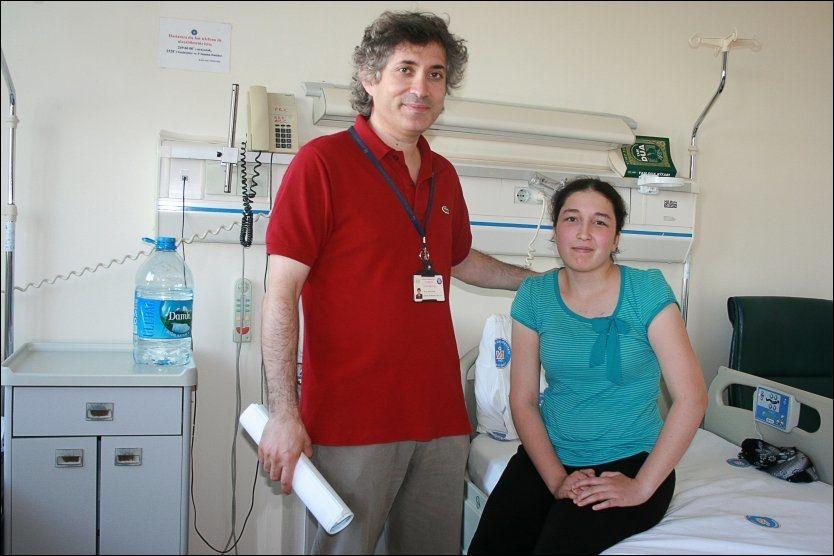 FØR OPERASJONEN: Derya Sert fikk transplantert livmor fra en avdød donor i 2011. Her med doktor Ömer Özkan som gjennomførte transplantasjonen. (Foto: AFP)