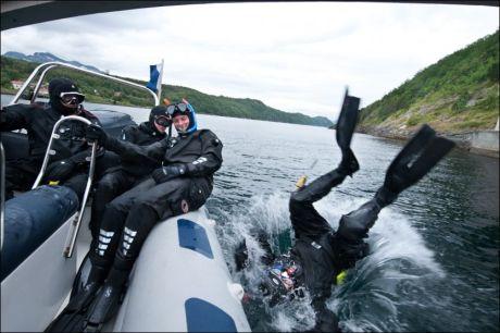 PLASK: Det fins mange måter å komme seg uti vannet fra en RIB på, også mer akrobatiske som denne. Foto: KARSTEIN JENSSEN