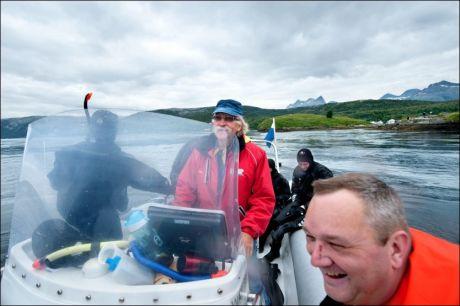 STØ KURS: Båtfører Odd Stenersen (65) kjenner straumen godt; han lærte tross alt å ro her som tiåring. Dermed kan Karstein Jenssen bare slappe av. Foto: GJERMUND GLESNES