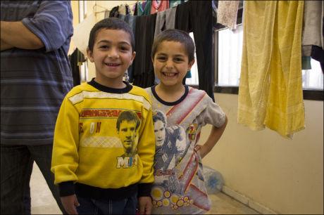 MESSI-FANS: Yazzam (8) og Mahmoud (9) måtte rømme da borgerkrigen i Syria brøt ut. De ønsker å bli fotballspillere, akkurat som idolet Messi, når de blir store. Foto: Mari A. Mørtvedt/Norges Røde Kors